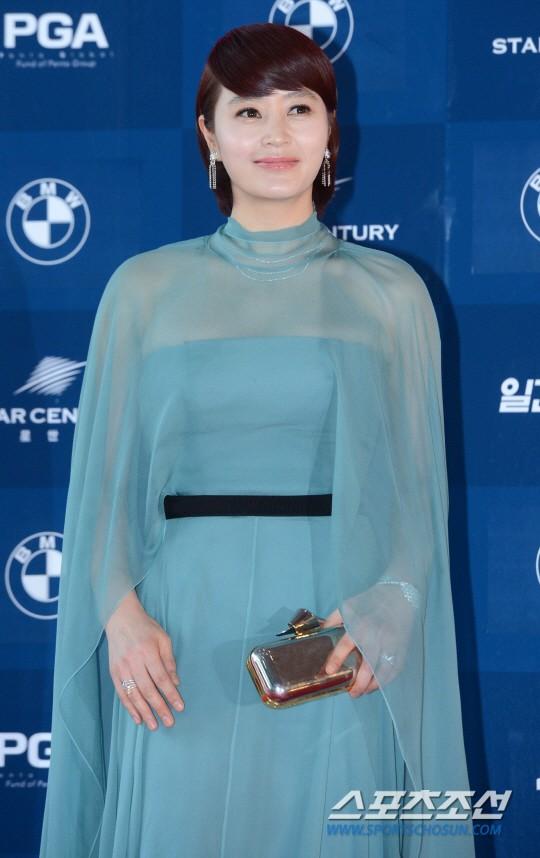 Người đẹp gợi cảm Kim Hye Soo xuất hiện trong bộ trang phục xanh bồng bềnh như một nữ thần. Vai diễn Go Joo Yeon trong phim Familyhood mang đến cho cô đề cử Nữ diễn viên chính xuất sắc nhất mảng điện ảnh trong lễ trao giải lần này.