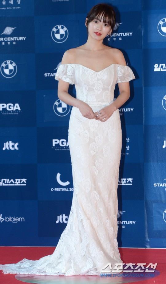 Ảnh hậu Cheon Woo Hee cực kỳ duyên dáng với bộ trang phục trắng thướt tha và nụ cười rạng rỡ. Năm nay, cô sẽ là người đi trao giải.