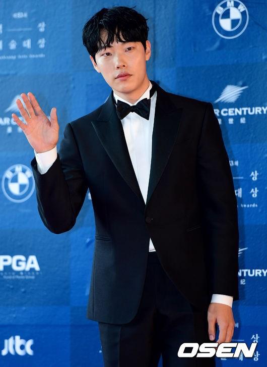Nam diễn viên Ryu Jun Yeol xuất hiện trong một bộ tuxedo lịch lãm. Năm nay anh được đề cử ở hai hạng mục Nam diễn viên được yêu thích nhất mảng điện ảnh và Nam diễn viên mới xuất sắc nhấtmảng điện ảnh cho vai diễn Choi Doo Il trong phim The King.