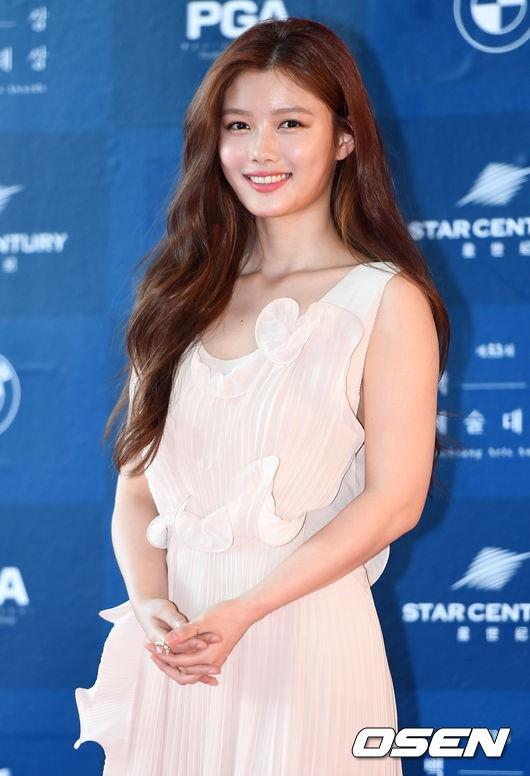 Kim Yoo Jung tươi tắn trẻ trung như một đóa hoa mới nở.