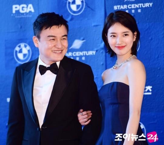 Suzy cùng mái tóc ngắn trẻ trung và bộ trang phục lộng lẫy xuất hiện cùng nam diễn viên Park Joong Hoon. Cả hai sẽ đãm nhận vai trò MC cho lễ trao giải năm nay.