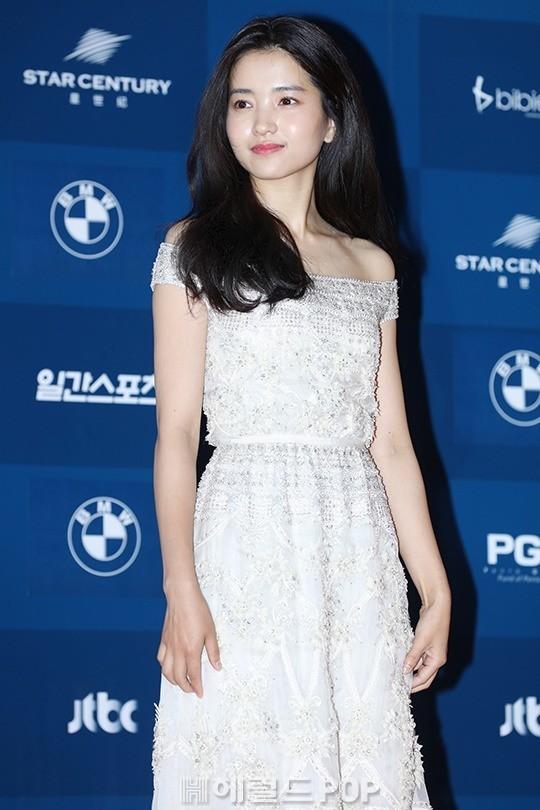 Kim Tae Ri chọn cho mình một bộ váy trắng với mái tóc đen xõa dài thuần khiết. Với vai diễn đột phá Sook Hee trong phim Người hầu gái, Kim Tae Ri đã nhận được đề cử Nữ diễn viên mới xuất sắc nhất mảng điện ảnh.