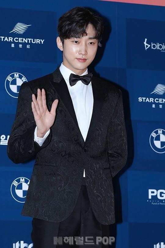 Jung Jin Young chỉ với một cái chào tay đã được cánh nhà báo khen nức nở bởi dáng vẻ đẹp trai của mình. Lần lấn sân sang phim truyền hình với vai diễn Kim Yoon Sung trong phim Mây họa ánh trăng đãmang đến cho Jin Young đề cử Nam diễn viên mới xuất sắc nhất mảng truyền hình.