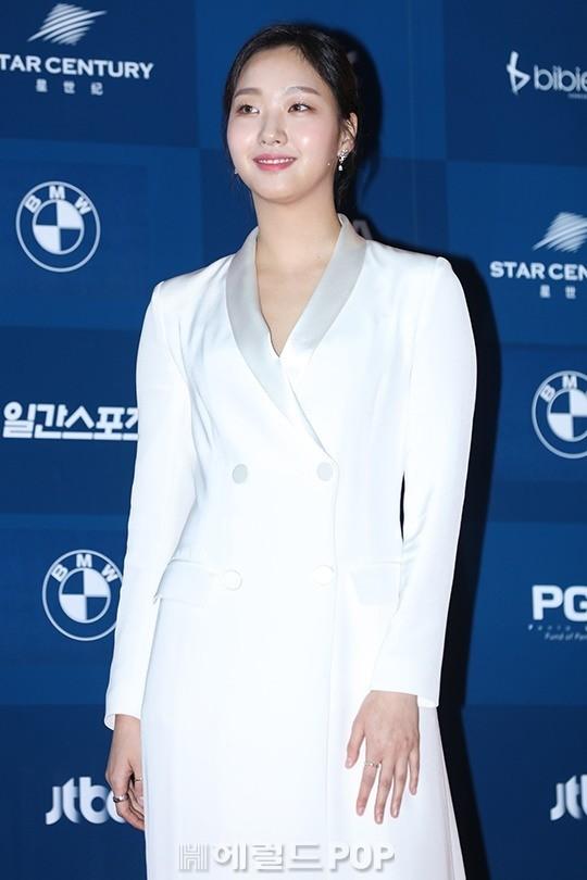 Chọn cho mình một phong cách thời thượng và độc đáo, Kim Go Eun trông thật nổi bật với bộ trang phục này.
