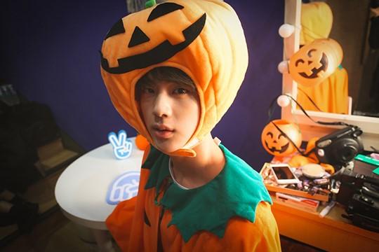 ラップモンスター:ぐでたまジョンぐク:コナン. SUGAナルトジン:かぼちゃジミン:ミッキー. J,HOPE:ダースベイダー. Vドラキュラ